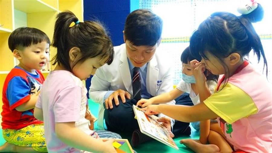 「一起夢想-醫錦環鄉,巡迴共讀」公益專案開跑,為偏鄉孩童盡一份心力。(圖片提供/台灣一起夢想公益協會)