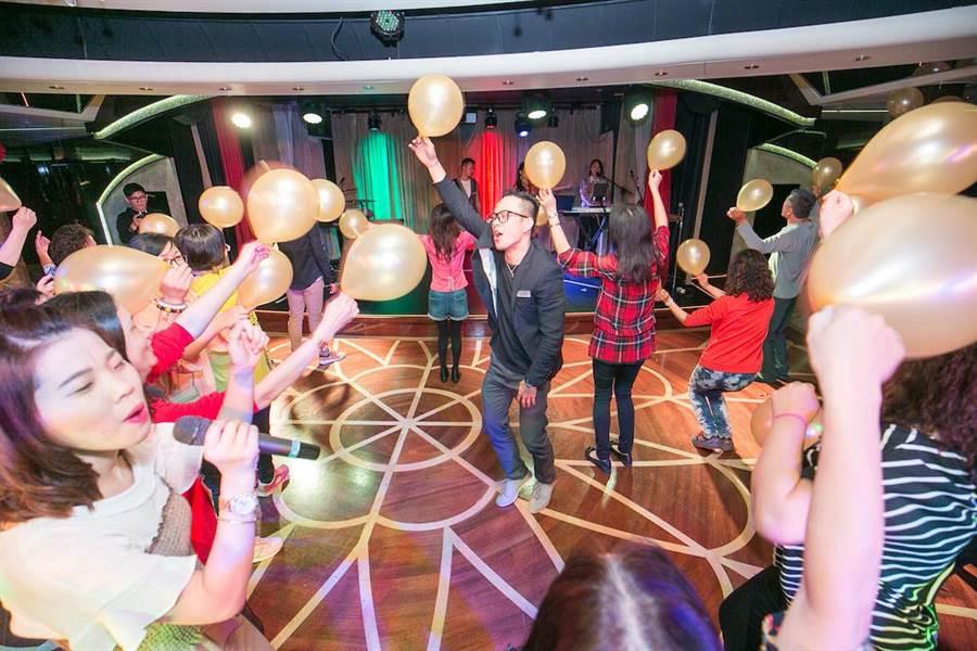 船上「金色派對」吸引眾多旅客參與,以勁歌熱舞甩去日常煩惱。(圖片提供/歌詩達郵輪)