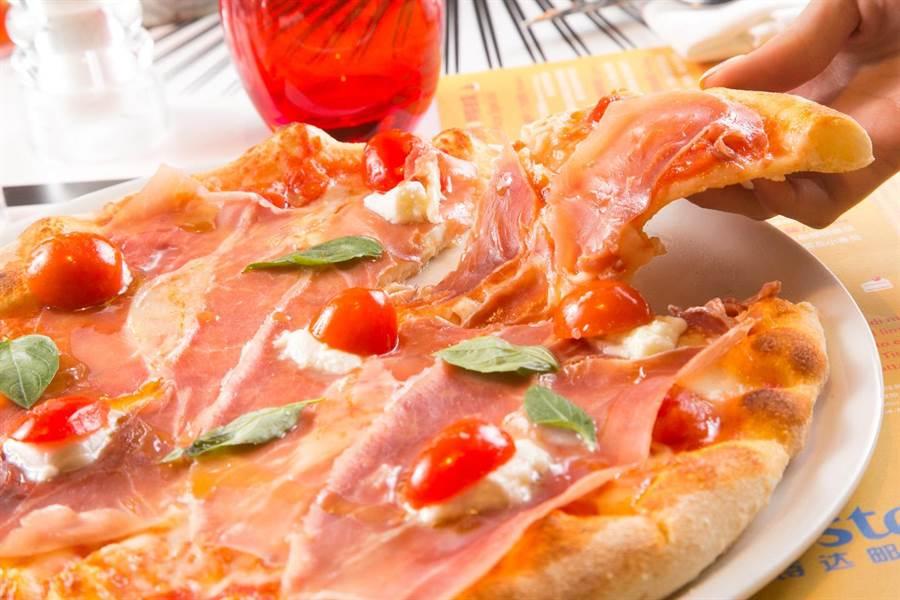 「卡普里披薩餐廳」以純正義式料理著稱,現烤披薩滋味一絕。(圖片提供/歌詩達郵輪)