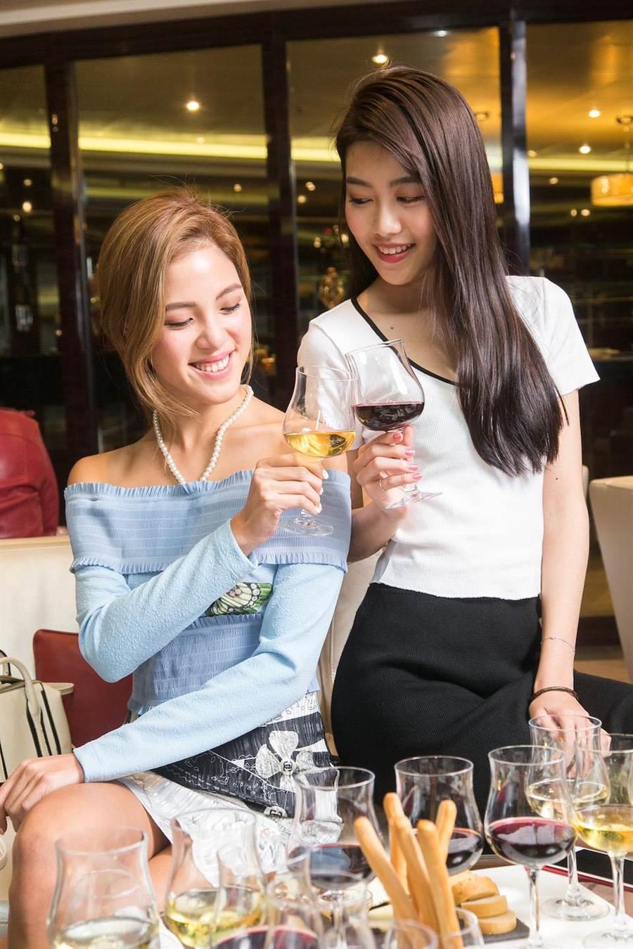 「維羅納酒吧」品酒課程,在專業講師指導下,遨遊葡萄酒奧祕世界。(圖片提供/歌詩達郵輪)