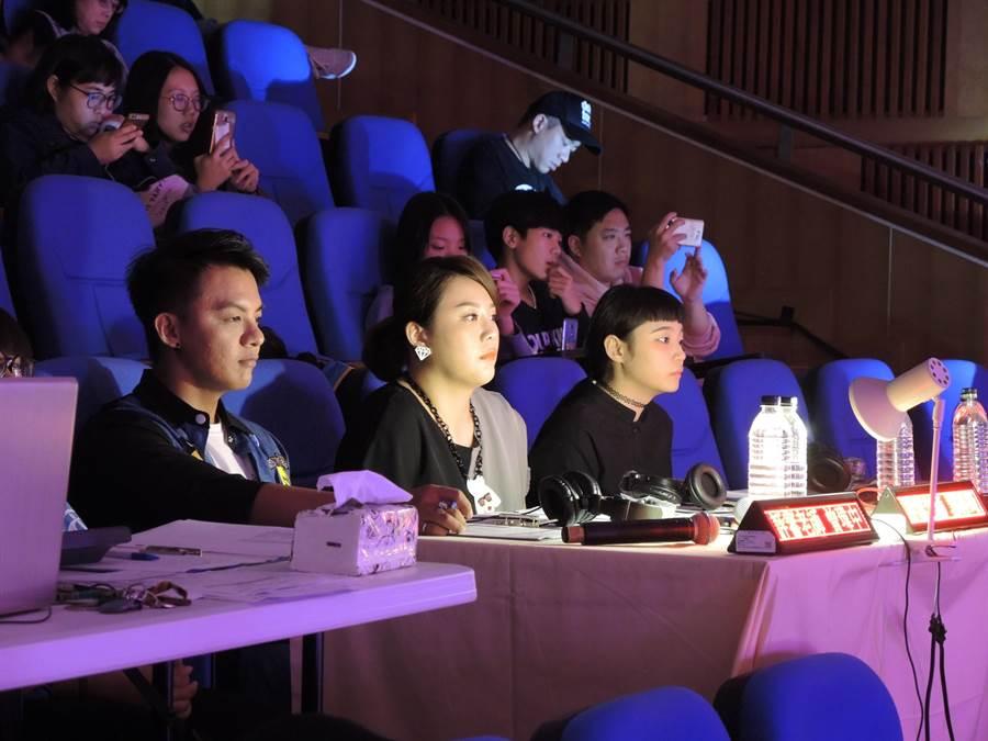 「2018華語流行音樂校園爭鋒賽」評審曾瑋中(左起)、郭婷筠、鄭心慈認真聆聽選手們歌唱。(邱立雅攝)