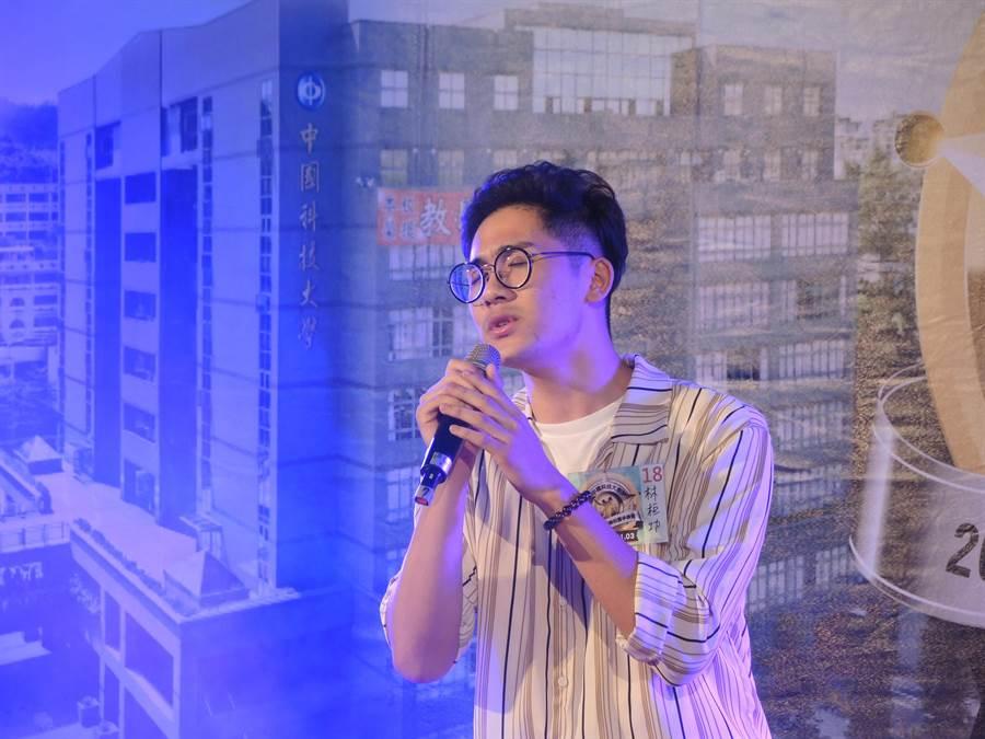 來自桃園市的林桓功以一曲陳奕迅的「我們」奪得冠軍。(邱立雅攝)