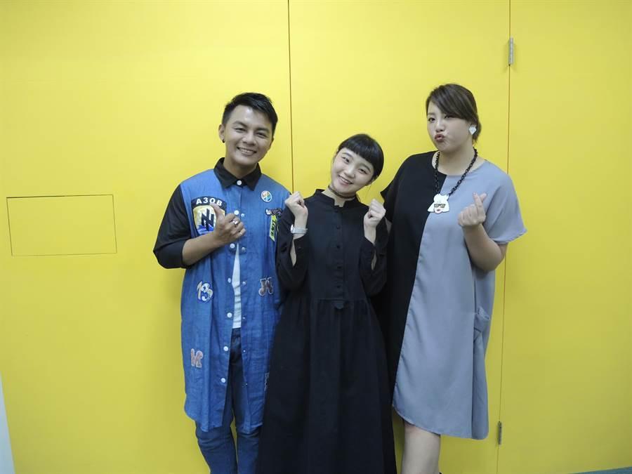 評審曾瑋中(左起)、鄭心慈、郭婷筠3人也是比賽出身,唱功一流。(邱立雅攝)