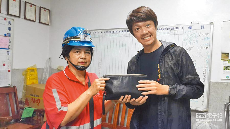 台鐵洗車作業員周玉嬌(左)拾金不昧,拾獲十多萬元全數歸還失主。(楊漢聲翻攝)