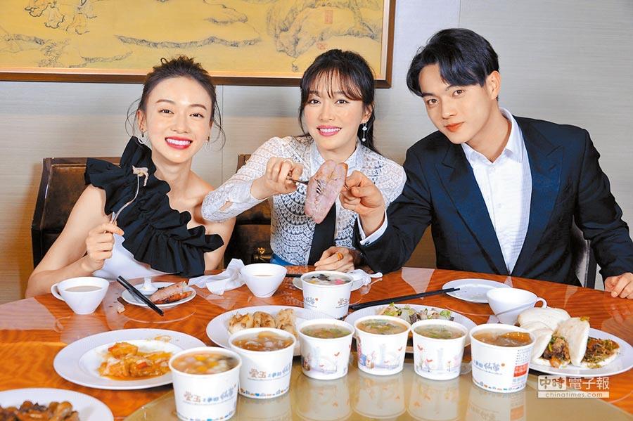 吳謹言(左起)、秦嵐、許凱前晚結束影友會後,在飯店內品嘗夜市美食。