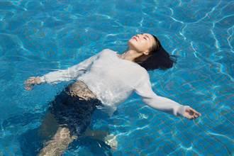 鍾瑶唯美入水像美人魚 王家梁躺滾燙沙地如鹽烤蝦