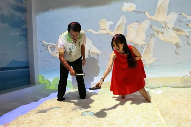 仙履奇緣的經典橋段都在館內重現,還有可讓小朋友可以玩沙pk捕魚的沙池。(張亦惠攝)