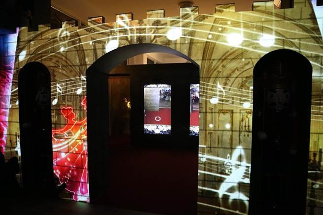 科技公司打造的「仙履奇園」數位體驗館,規劃有魔法城堡、AR體感虛擬變身、魔力動感幸福光波、南瓜馬車知性之旅、數位AR虛擬變身、海港濕地生態及白色雲嘉南經典畫面投影等六大主題區。(張亦惠攝)