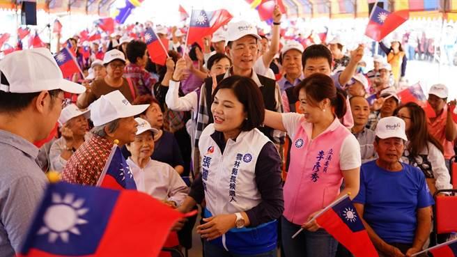 張麗善(中間穿白背心者)成立北港後援會,眾多支持者到場聲援。(張朝欣攝)