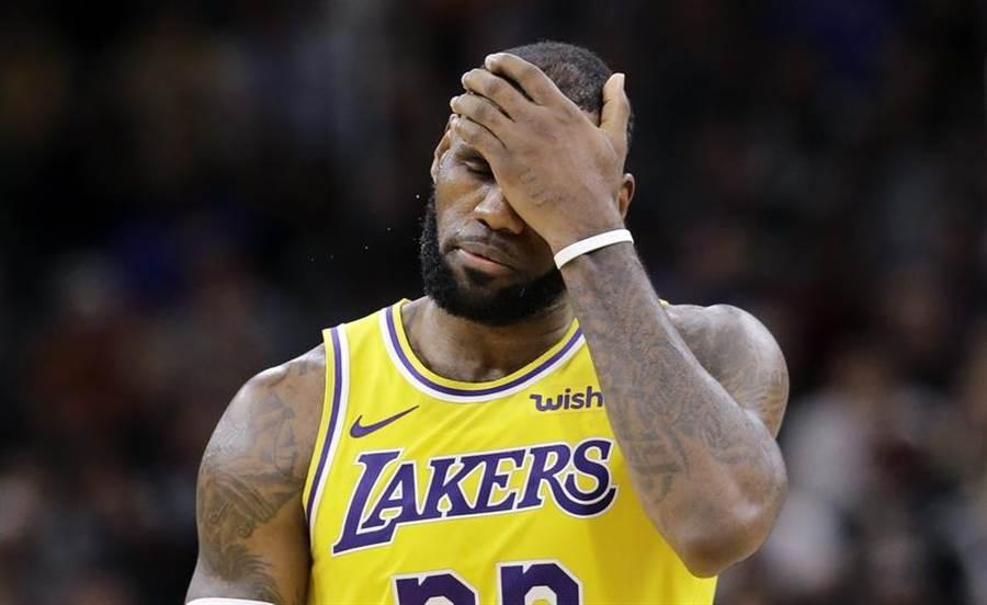 美國媒體爆料,湖人開季打出2勝5敗的低迷戰績時,詹姆斯無法接受差點崩潰。(美聯社資料照)