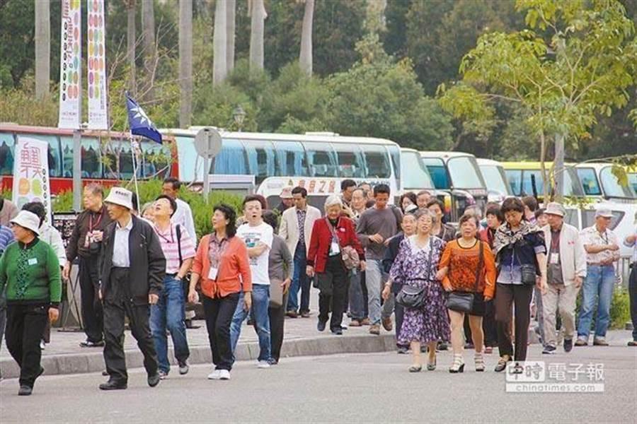 蔡政府上台後,多輛陸客團遊覽車停靠的盛況已不復見。(本報系資料照片)