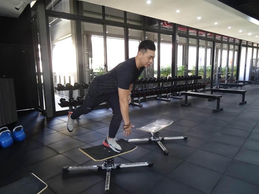 其中雙翹板以訓練核心肌群的穩定為主,這也是全台獨家新式雙翹板設備。(馮惠宜攝)