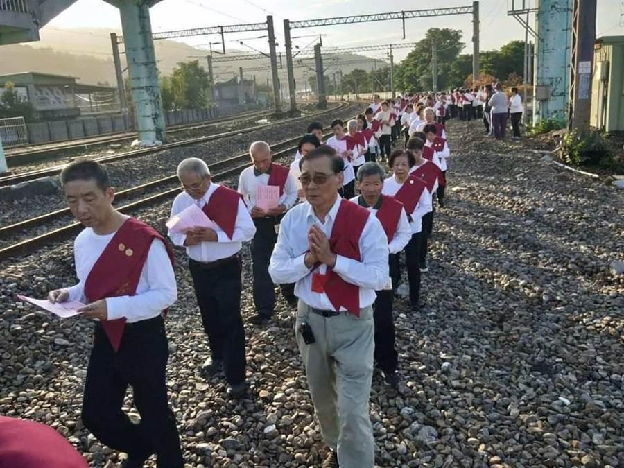 靈鷲山佛教教團當家法師常存法師帶領東區護法會90位「大悲行者」,走在新馬車站鐵道上,為傷亡者念〈大悲咒〉祈福。(許哲瑗翻攝)
