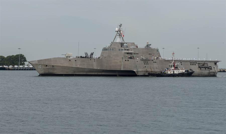 美海軍可羅那多號瀕海戰艦停靠新加坡的樟宜海軍基地。(圖/美國海軍)