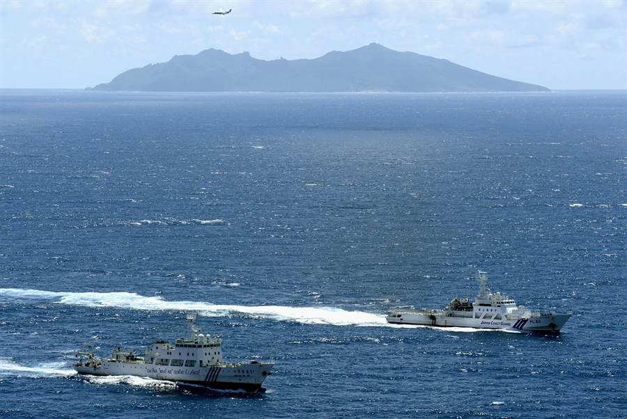 2013年中國大陸的海警船(左)與日本海防隊巡邏船(右)在釣魚島前對峙,但至今為止雙方的官方船隻行為都相當克制。(圖/美聯社)