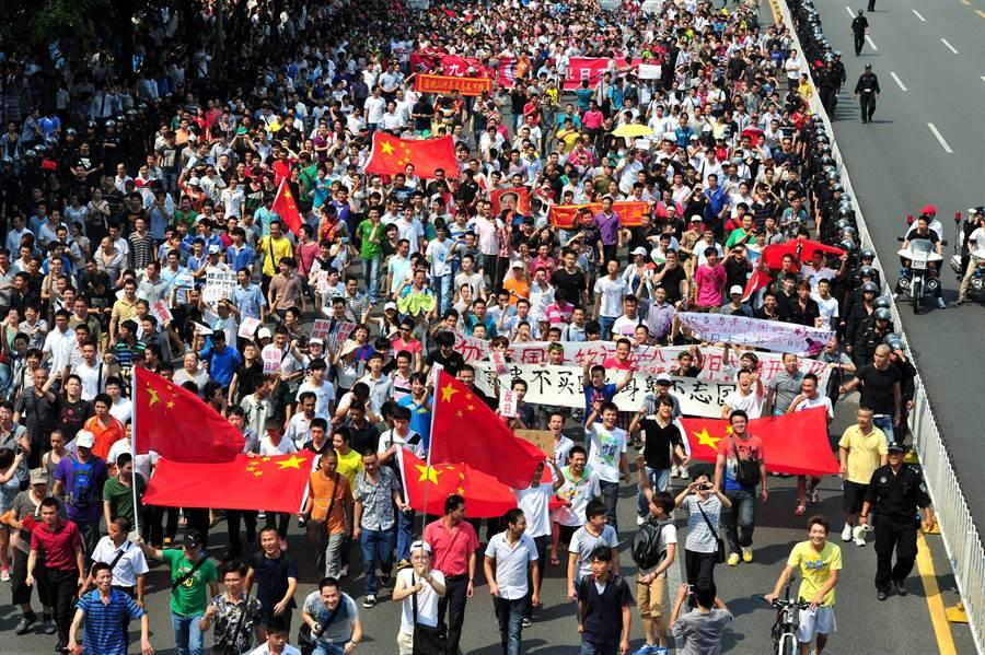 中國大陸曾因釣魚島領土糾紛多次爆發大規模反日示威遊行。圖為2012年9月18日深圳民眾以「918事變」81周年紀念日為由,進行「勿忘國恥,還我釣魚島」示威游行。(圖/中新社)