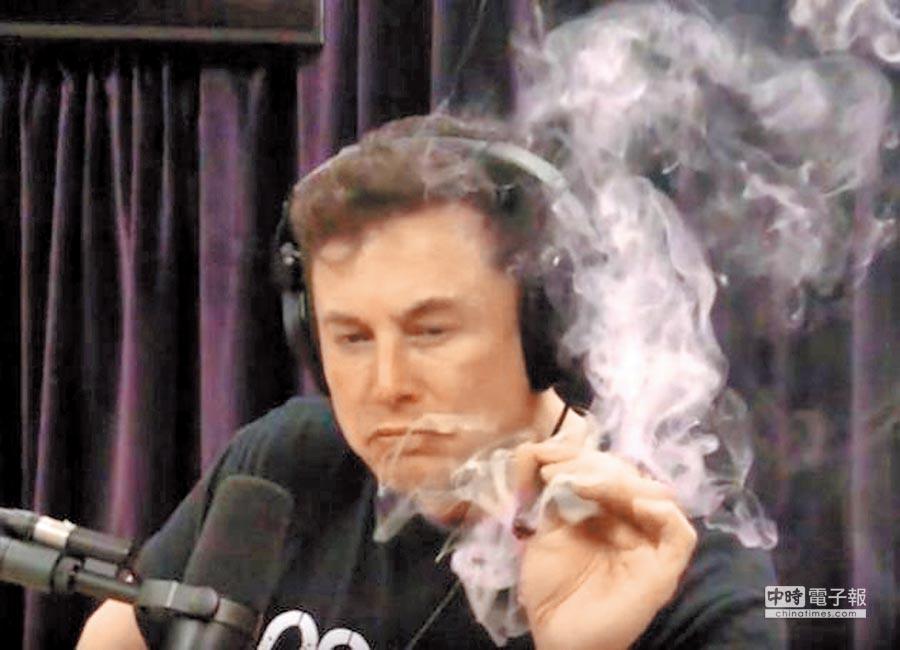 今年9月,馬斯克在網路直播訪問中公開抽大麻、喝威士忌,手上還握著1把武士刀,影片在社群媒體上瘋傳。連串脫序行為,讓公司股價應聲重挫。(摘自Joe Rogan Experience via YouTube)(吸菸過量 有礙健康)