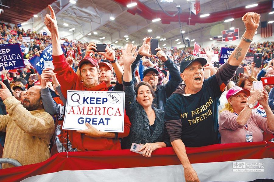 美國印第安納波利斯市南港高中2日舉行的共和黨造勢活動,群眾在川普總統進場時歡呼雀躍。(美聯社)