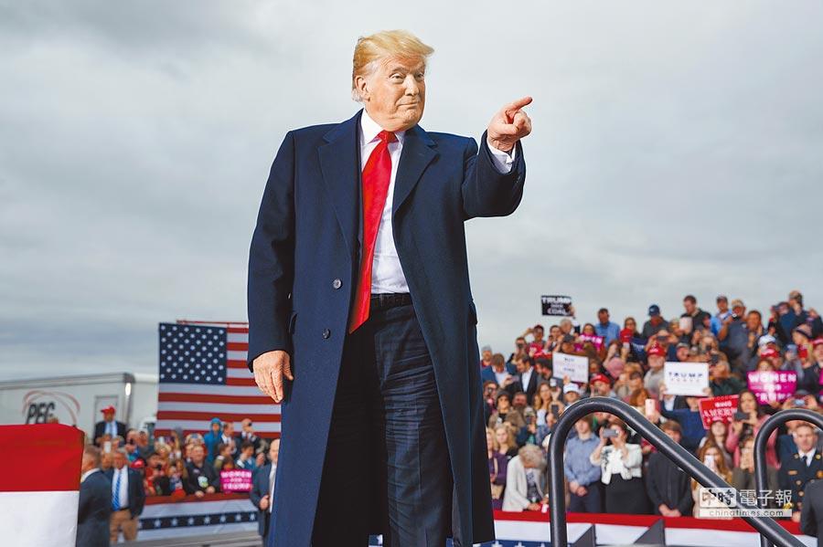 川普2日抵達西維吉尼亞州杭廷頓市三州機場,準備向支持民眾演講。(美聯社)