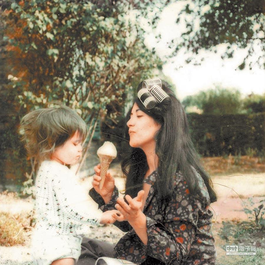 阿格麗希(右)與女兒史蒂芬妮小時候的日常互動,被收錄在史蒂芬妮所拍攝的紀錄片《超女:阿格麗希的琴與愛》當中,母女之愛真情流露。  (本報資料照片)
