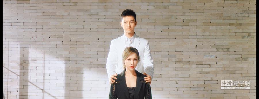 林采欣(前)和黃曉明在MV中分飾黑白無常。