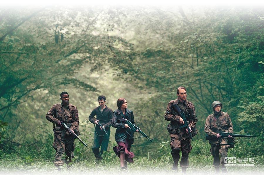 製作團隊請來前美國海軍陸戰隊中士當顧問,每天24小時狠操5位演員。(UIP提供)