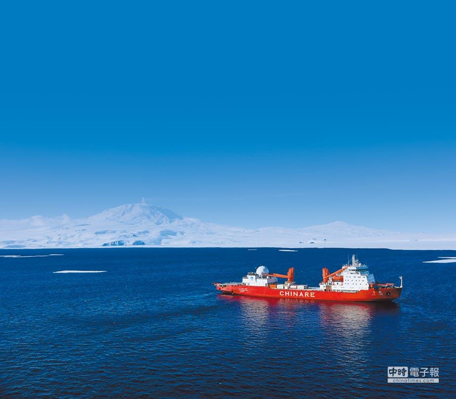 大陸極地科考船雪龍號抵達南極羅斯海進行科考作業。(新華社資料照片)