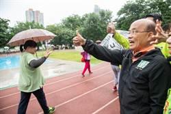 新北》蘇貞昌向晨運民眾拉票 支持者送上「當選茶」