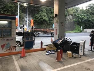 小客車倒車加油疑暴衝 加油機遭撞連根拔起
