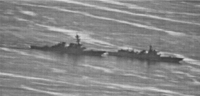 解放軍「蘭州」艦(前)9月30日在南海近逼美國「迪凱特」號驅逐艦,大動作加以驅離。(美國海軍)