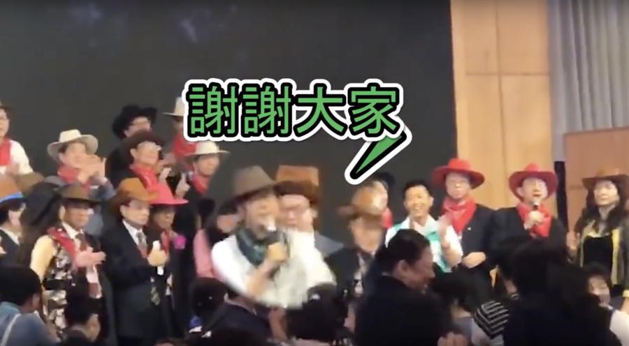 陳其邁出席醫師節慶祝大會,台上自嗨高喊凍蒜,台下民眾嗆「想得美」。(柯宗緯翻攝)