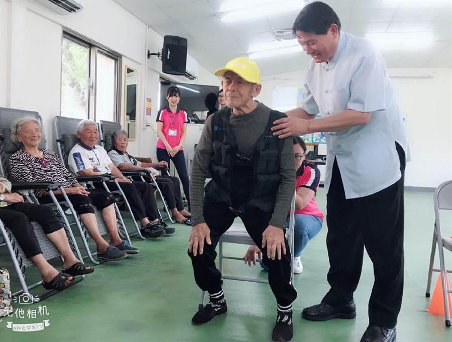 彰化縣副縣長陳善報擔任一日運動指導員指導長輩如何訓練肌力。(鐘武達攝)