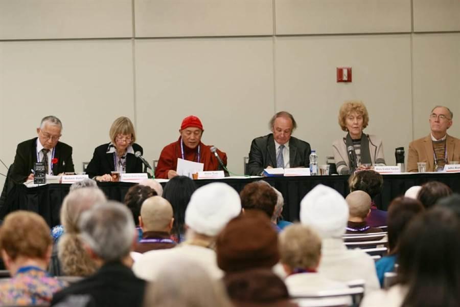 世界宗教博物館在第7屆世界宗教議會承辦「靈性生態論壇」,由心道法師(左三)擔任主談人。(世界宗教博物館提供)