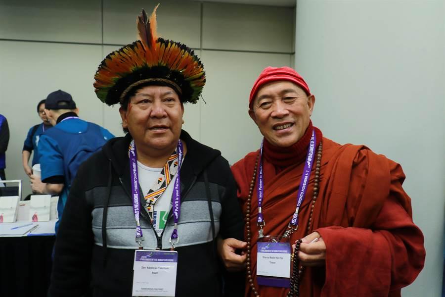 世界宗教博物館創辦人心道法師(右)與巴西原住民代表Davi Kopenawa Yanomami(左)合影。(世界宗教博物館提供)