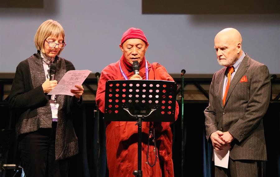 世界宗教博物館創辦人心道法師(中)4日中午再度受邀為「神聖音樂會」開場祈福。(世界宗教博物館提供)
