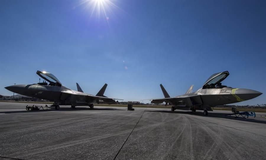 在美國佛羅里達州廷德爾空軍基地因風災受創的F-22,已陸續飛離基地。圖為兩架廷德爾基地的F-22正準備起飛。(圖/美國空軍)
