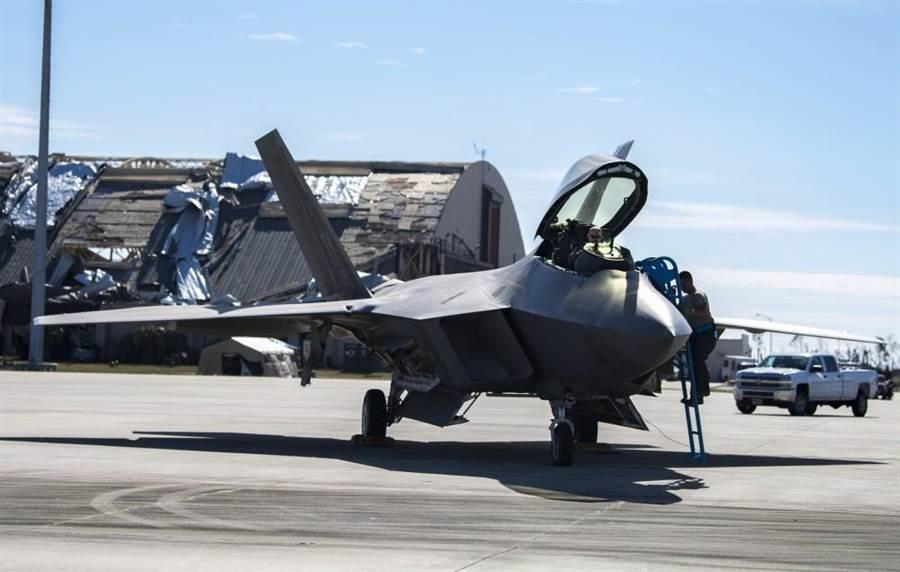 美國空軍廷德爾基地在麥可風災受創嚴重,可能要數年才能恢復運作。圖為基地內修復的F-22戰機即將飛離。(圖/美國空軍)