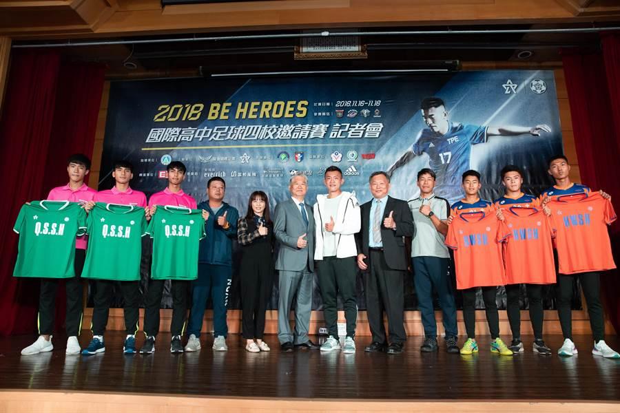 凱基董事長魏寶生(左六)、陳柏良(左七)與代表參加國際邀請賽的惠文高中、清水高中在賽前記者會合照。(展逸提供)