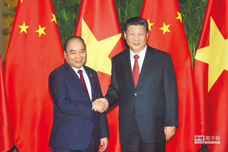 11月4日,進博會開幕前夕,大陸國家主席習近平(右)在上海會見越南總理阮春福。(中新社)