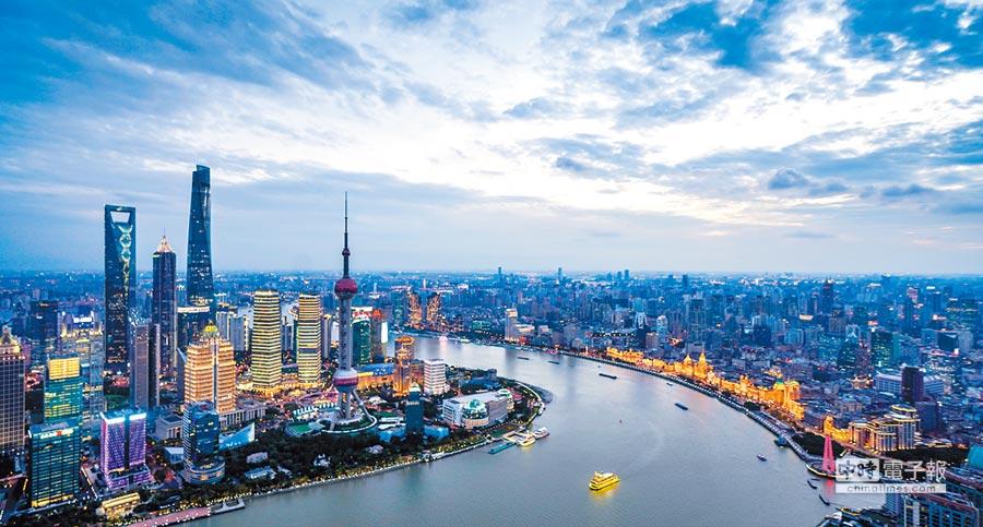 大陸首屆國際進口博覽會5日在上海開幕。圖為上海陸家嘴和外灘。(新華社資料照片)