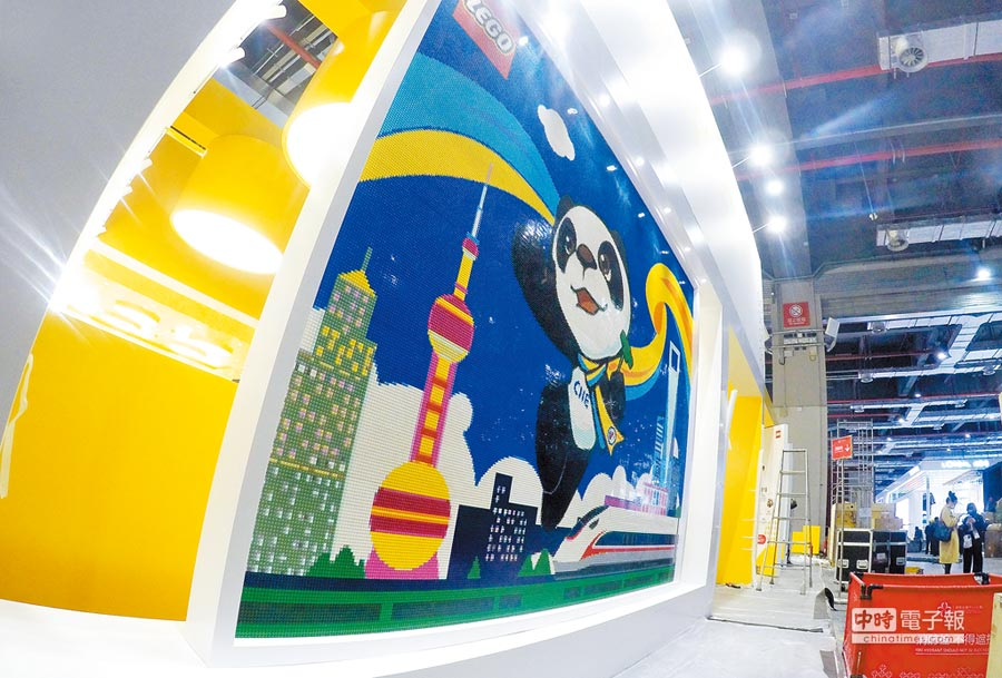 10月31日,首屆進博會吉祥物「進寶」樂高牆亮相主會場。(新華社)