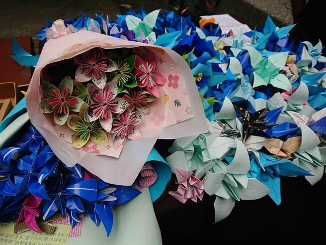 眾人摺藍色鳶尾花送給她,祝福她乘著天使翅膀飛向天國。(曹婷婷攝)