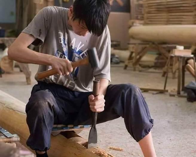 熱愛木作的吳灌品,很堅持匠人精神,每一個作品都必須要完美。(勞動部勞動力發展署雲嘉南分署提供)