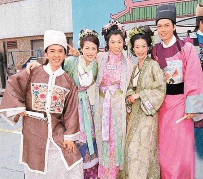 港星鄧兆尊(左1)曾在港劇「皆大歡喜」中演出瘦弱書生,沒想到現實生活擁3妻還不滿足。(圖/翻攝自微博)
