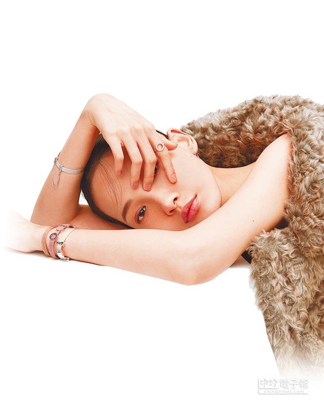 PANDORA Reflexions系列輕珠寶,隨佩戴者展現慵懶性感的風情。(PANDORA提供)