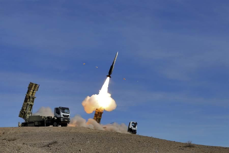 伊朗以試射沙雅德2型防空導彈來回應美國對它的全面制裁。(圖/美聯社)