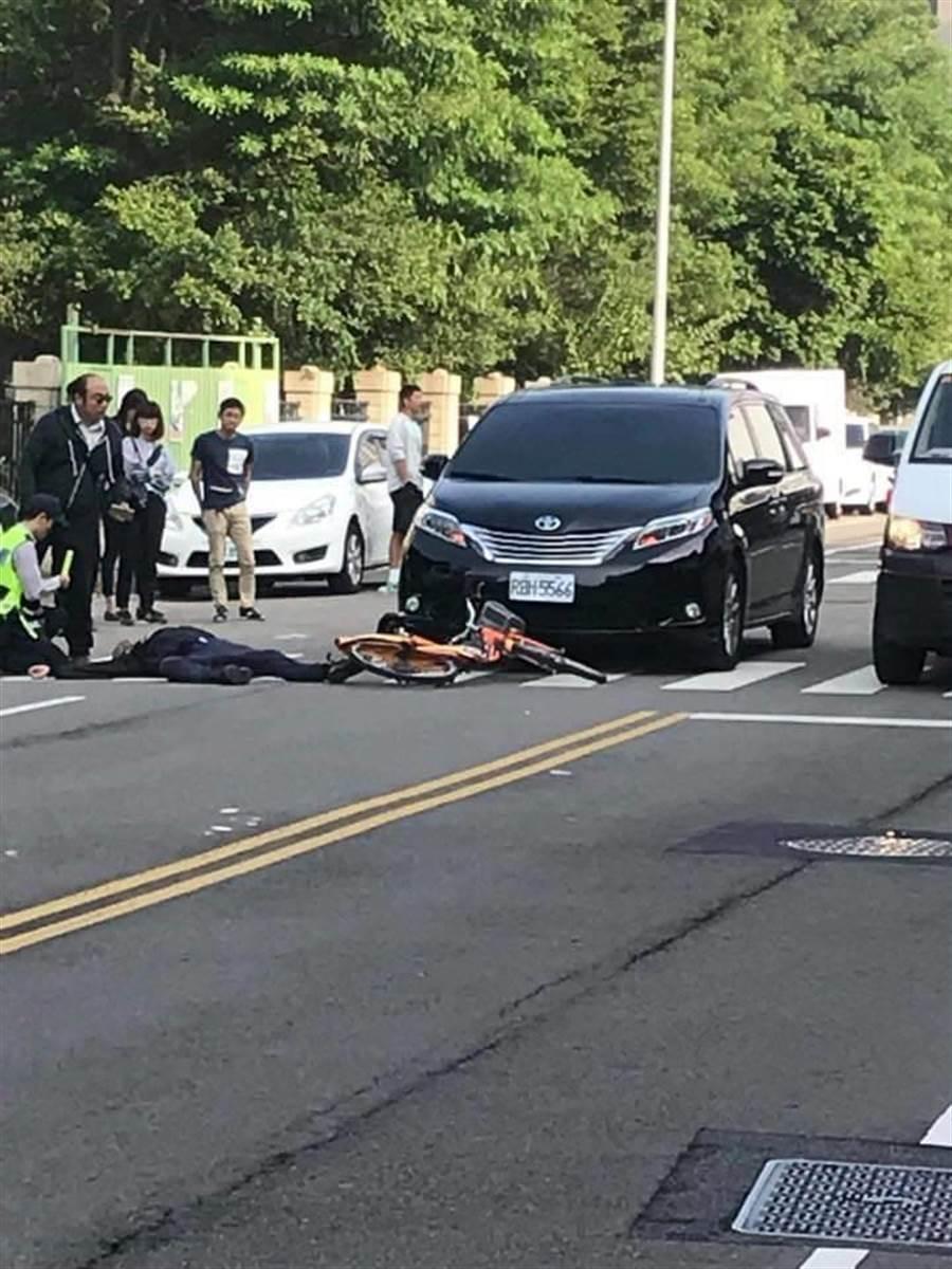 林金連騎腳踏車疾駛逆向衝撞,造成受傷倒地。(翻攝徐玉紅臉書)