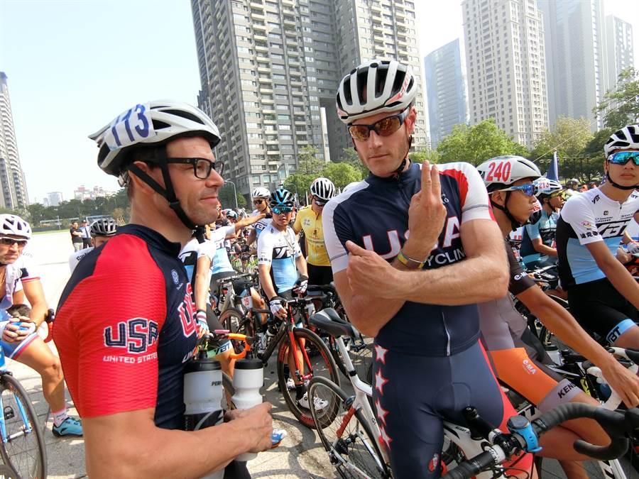來自美國的聽障自由車選手john(左)表示,太喜歡台灣了,用心體會台灣人的熱情,看見美麗台灣,這是他第三次來台。(盧金足攝)