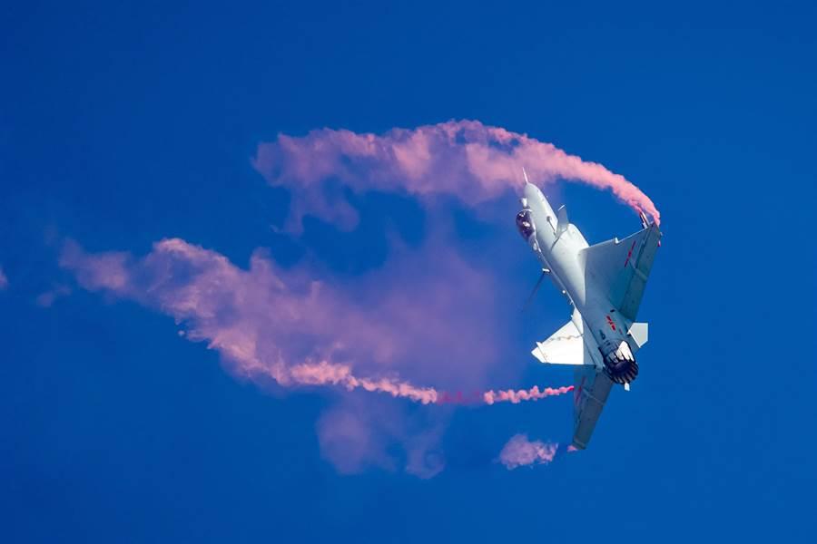 J-10B向量噴管實驗機在珠海航展,表演了著名的眼鏡蛇超機動飛行動作。(圖/路透)