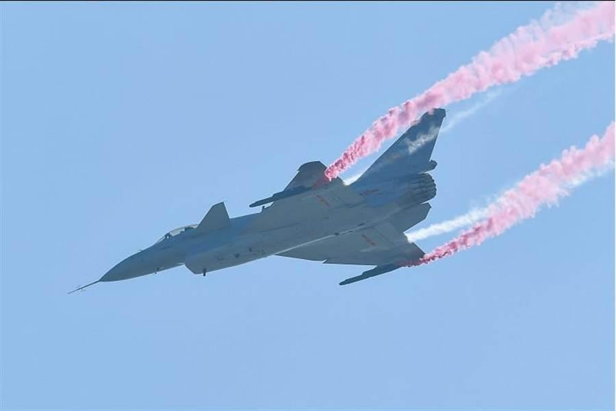 殲-10B推力向量驗證機進行飛行表演。(圖/中新網)
